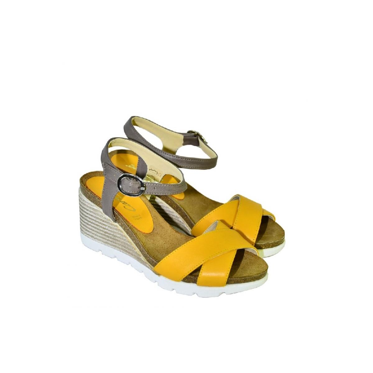 a9bda0f9d897 Žlté kožené sandále na klinovom opätku Carsona LARA - 2